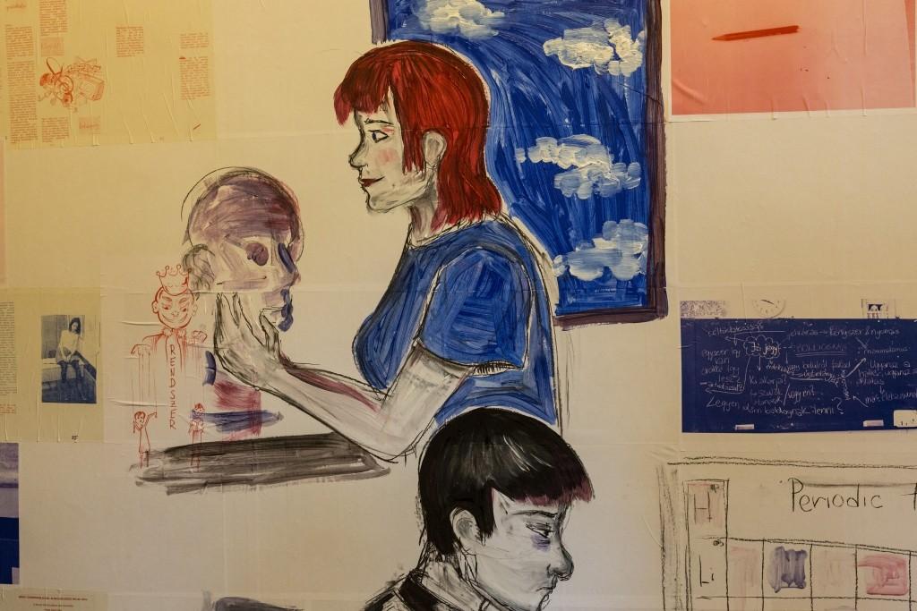 Egy diáklány spontán illusztrációkat rajzolt a fehér tapétára, így a közönség élőben végigkövethette egy komplett művészeti alkotás megszületését. Fénykép: Szántó Gerzson